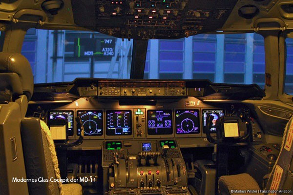 Modernes Glas-Cockpit der MD-11